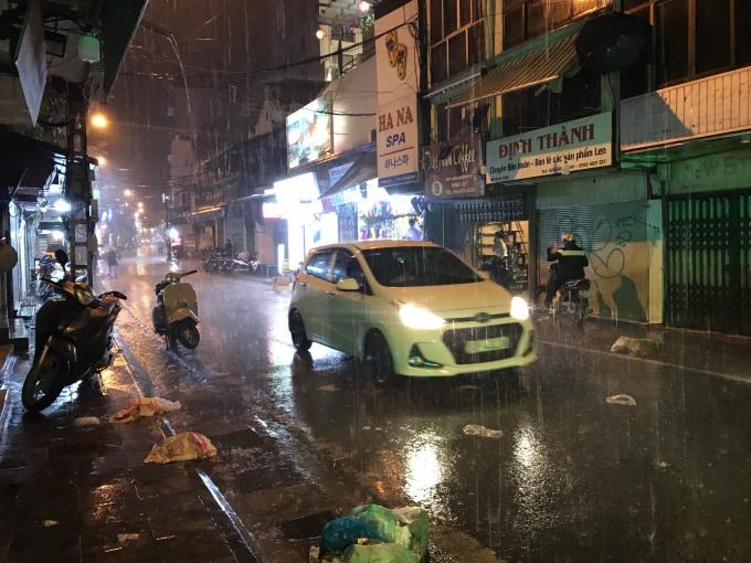 <p> Phố Tạ Hiên lúc 22h trời mưa như trút nước. Ảnh: Giang Huy.</p>