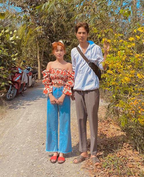 Đưa bạn gái Sĩ Thanh về quê ra mắt gia đình, Huỳnh Phương mặc đồ giản dị, trong khi đó Sĩ Thanh lại diện croptop rất sexy.
