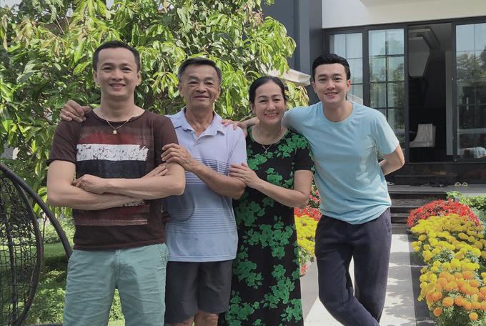 Quốc Trường đón Tết cùng cả gia đình trong căn biệt thự tại quê nhà Cần Thơ.