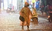 Hồ Gươm vắng tanh vì mưa như trút trong đêm giao thừa