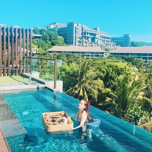 Seo Hyun tận hưởng bữa sáng thả trôi trên bể bơi