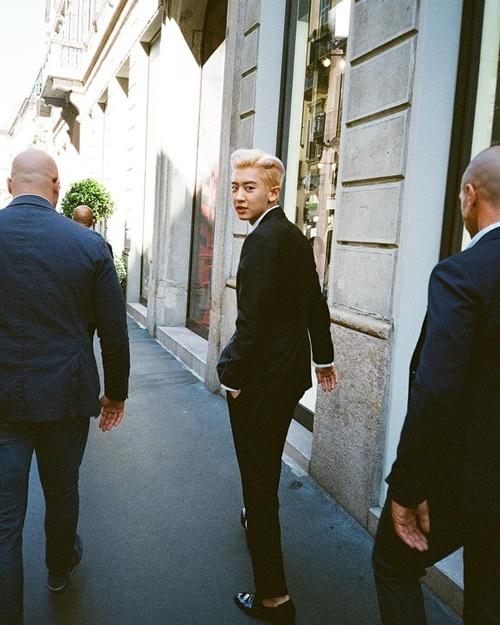 Chan Yeol khoe chân dài dáng chuẩn trong bộ vest đen, tóc vuốt ngược bảnh bao.