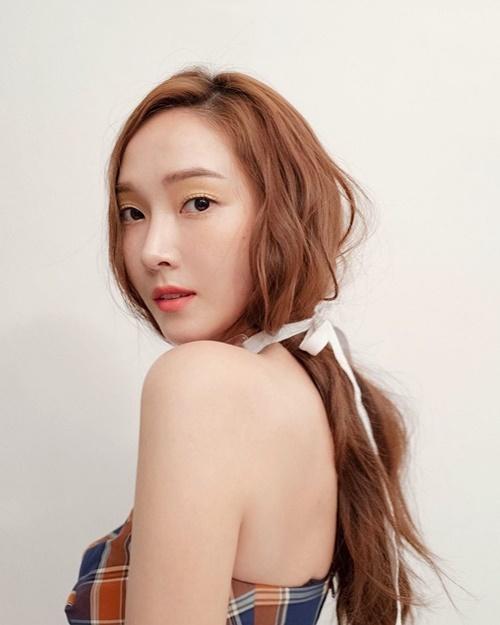 Jessica quyến rũ với kiểu tóc buộc rối.