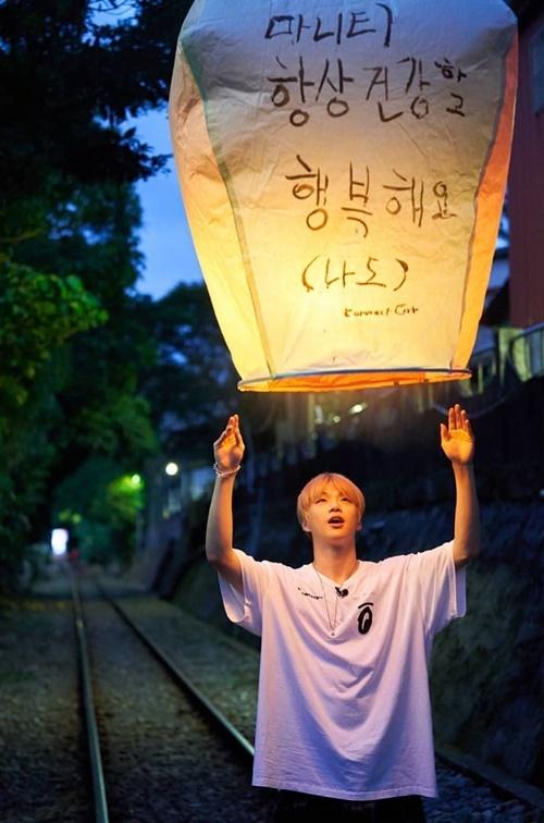 Kang Daniel thả đèn trời cầu năm mới hạnh phúc.
