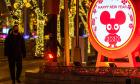 Trung Quốc hủy tour du lịch, đóng cửa rạp chiếu phim