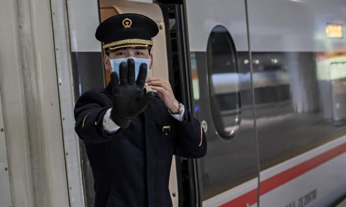 <p> Một nhân viên điều hành tàu điện ngầm. Ảnh: <em>AFP.</em></p>