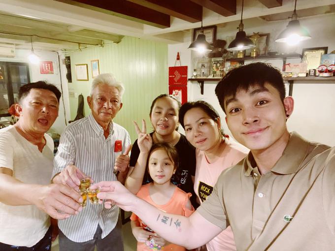 Jun Phạm nhậu đầu xuân cùng cả gia đình nhiều thế hệ.