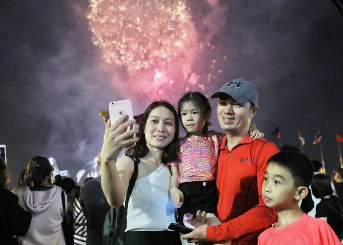 <p> Nhiều gia đình cùng nhau ghi lại khoảnh khắc đáng nhớ khi pháo hoa rực sáng. Ảnh: Quỳnh Trần.</p>