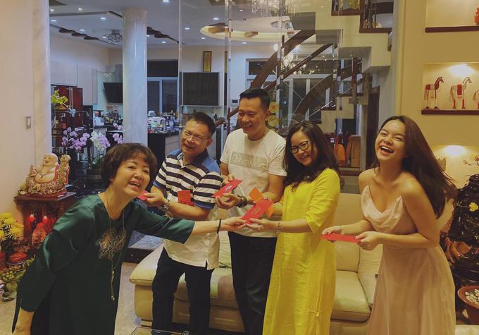 Cả nhà Phạm Quỳnh Anh tặng nhau lì xì đầu xuân.