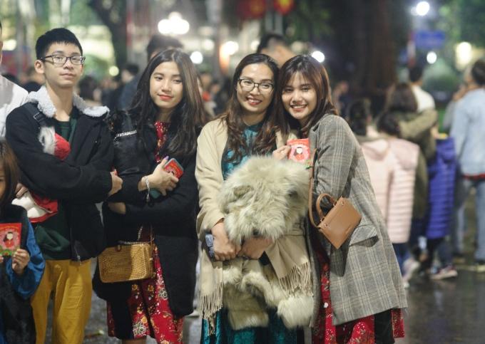 <p> Nhiều bạn trẻ có mặt trên phố đi bộ ở Hà Nội để cùng đón giao thừa. Ảnh: Duy Anh.</p>