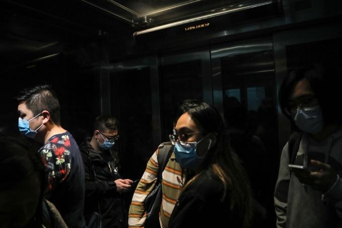 <p> Người dân đeo khẩu trang trong một thang máy ở một ga tàu ở Hong Kong. Ảnh: <em>AFP.</em></p>
