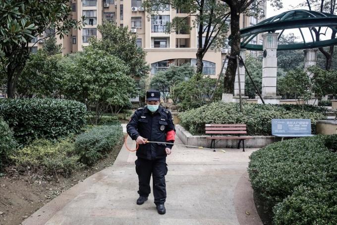 """<p> Theo <em>SCMP</em>, virus Corona được phát hiện tại 23 tỉnh ở Trung Quốc, các đặc khu Hong Kong, Macau cùng 6 nước khác. Các nhà chức trách tỉnh Hồ Bắc hôm nay 25/1 xác nhận thêm 15 ca tử vong vì dịch viên phổi lạ, Ủy ban Y tế Quốc gia Trung Quốc cũng xác nhận có 41 người chết, trong tổng số 1.287 ca nhiễm nCoV được phát hiện, tính đến hết ngày hôm qua. Tổ chức Y tế Thế giới (WHO) tuyên bố đây là """"tình trạng khẩn cấp Trung Quốc"""" nhưng chưa phải mối lo ngại quốc tế. Phần lớn các nạn nhân tử vong là người cao tuổi, đã mắc nhiều chứng bệnh trước khi nhiễm nCoV. Ảnh: <em>Washington Post.</em></p>"""