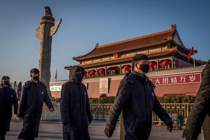 <p> Nhân viên an ninh đi tuần bên ngoài quảng trường Thiên An Môn ở Bắc Kinh. Ảnh:<em> AFP.</em></p>