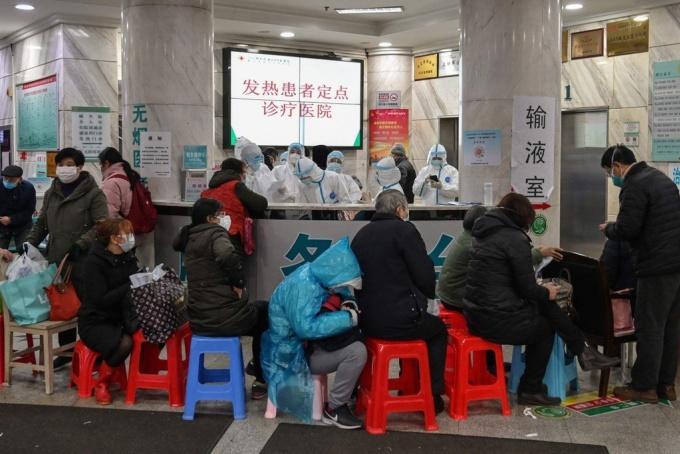 <p> Bệnh nhân xếp hàng chờ trong một bệnh viện tại Vũ Hán để xét nghiệm nhiễm virus Corona. Ảnh:<em> AFP.</em></p>