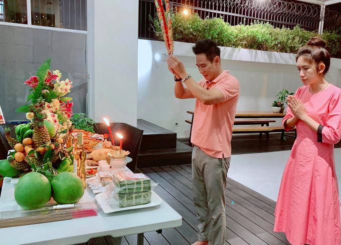 Minh Hà và ông xã Lý Hải làm mâm cơm cúng tất niên linh đình.