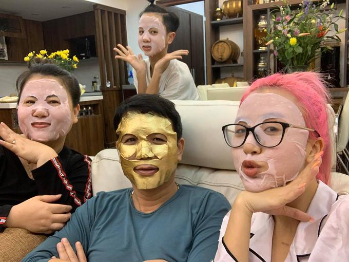 Quỳnh Anh Shyn về Hà Nội ăn Tết. Cô nàng thành công khi dụ dỗ cả nhà cùng đắp mặt nạ đón năm mới.