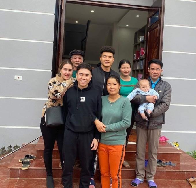 """<p> Hà Đức Chinh đăng ảnh bên đại gia đình và gửi lời chúc đến người hâm mộ trên trang cá nhân. Tại SEA Games 30, Chinh """"đen"""" xuất sắc ghi 8 bàn thắng, góp công lớn làm nên chiến thắng lịch sử của Việt Nam tại đấu trường khu vực.</p>"""