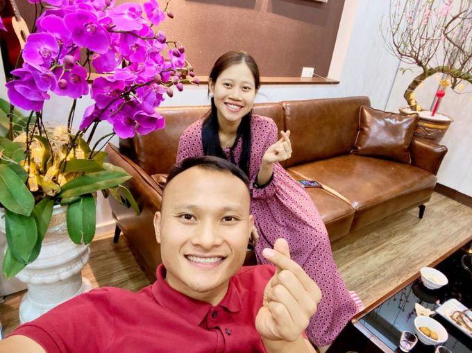 <p> Trọng Hoàng đón năm mới cùng vợ - Quỳnh Anh. Bà xã của nam cầu thủ làm việc trong ngành công an.</p>