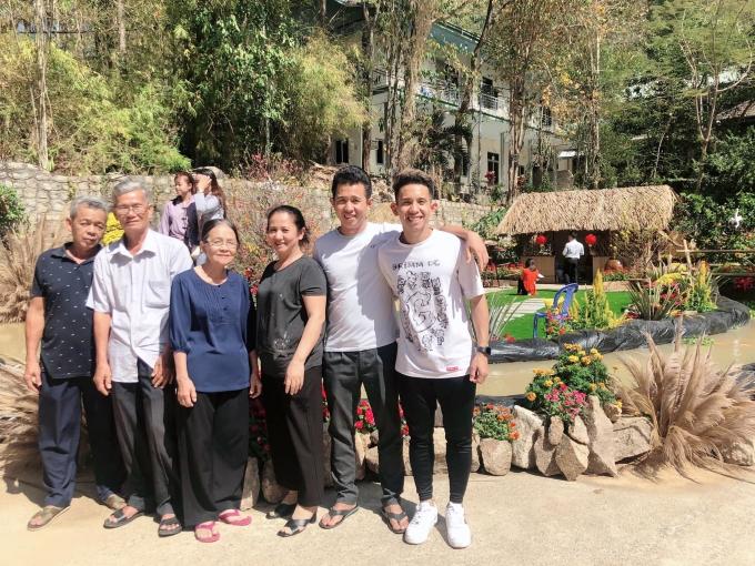 """<p> Hồng Duy """"Pinky"""" cùng gia đình du xuân ở Bà Rịa - Vũng Tàu.</p>"""