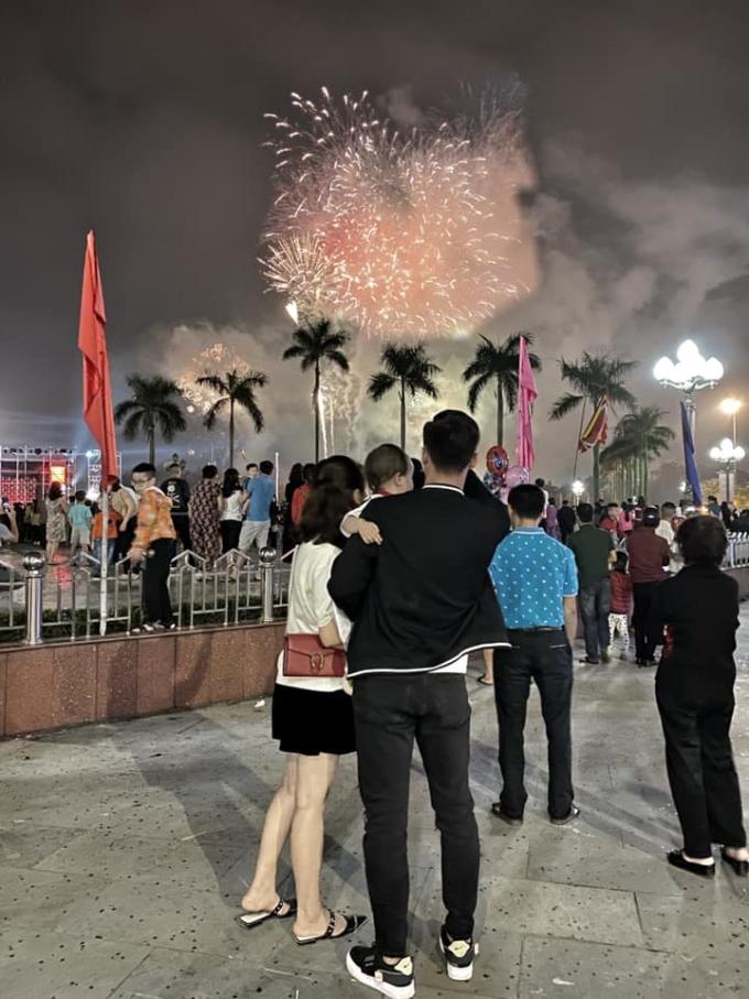 <p> Quế Ngọc Hải đưa vợ con đi xem pháo hoa lúc Giao thừa.</p>
