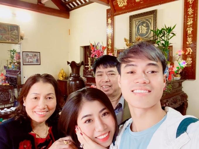 <p> Nguyễn Văn Toàn selfie cùng em gái và bố mẹ.</p>