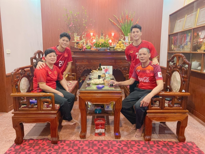 <p> Gia đình Đình Trọng mặc đồng phục áo đỏ ngày mùng 1 Tết mong cả năm may mắn.</p>