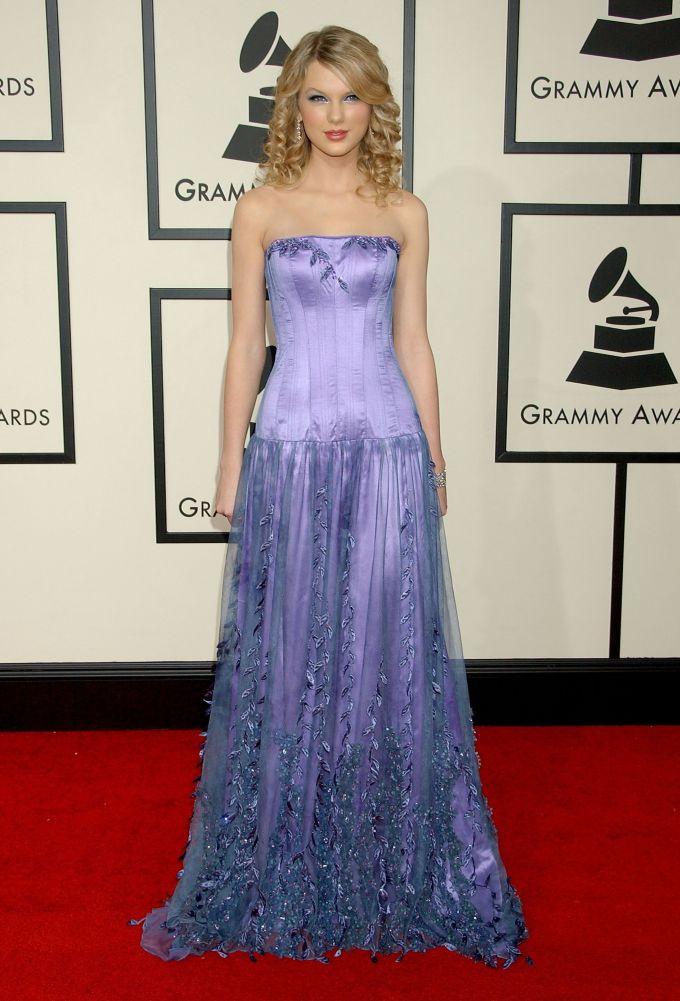 <p> Thời vẫn chưa lột xác, Taylor Swift trông như công chúa trong bộ váy tím lãng mạn tại Grammy 2008.</p>