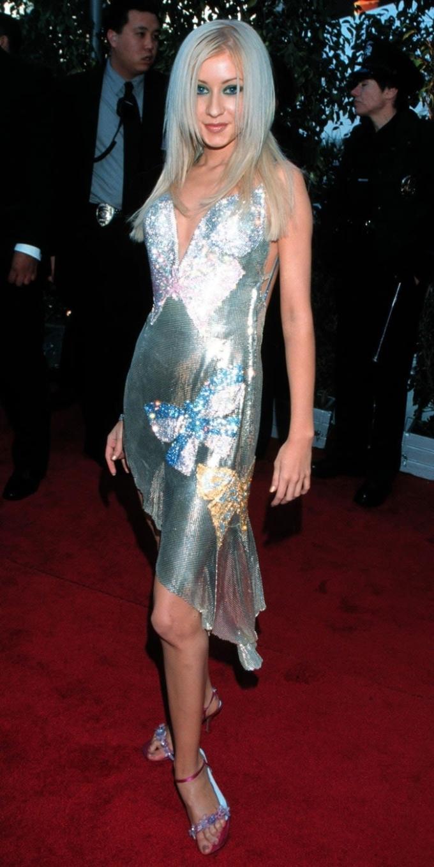 <p> Christina Aguilera tỏa sáng tại Grammy 2000 với bộ đầm ngắn đính sequin lấp lánh.</p>