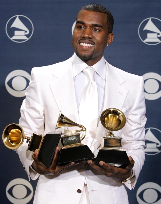 <p> Kanye West mặc bộ vest trắng cho Grammy đầu tiên năm 2005. Anh nở một nụ cười khó đoán sau khi ẵm tới 3 giải thưởng.</p>