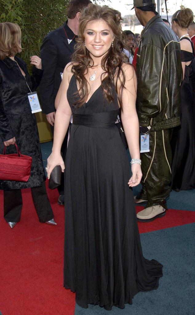 <p> Bước ra từ chiến thắng ở <em>American Idol</em>, Kelly Clarkson mặc bộ đầm đen đến lễ trao giải Grammy 2004.</p>