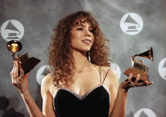 """<p> Mariah Carey mặc chiếc váy ngắn màu đen đến Grammy 1991. Tờ<em>People </em>gọi đây là """"huyền thoại"""".</p>"""