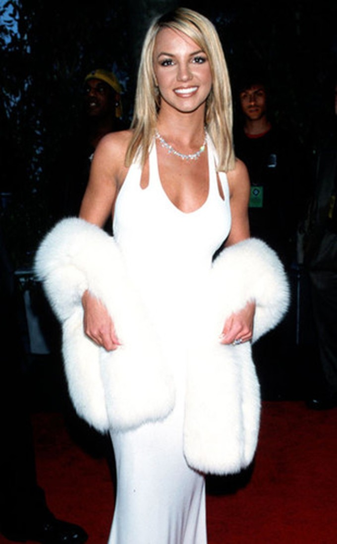 """<p> """"Công chúa nhạc pop"""" Britney Spears quyến rũ trong bộ trang phục trắng từ đầu đến chân và áo khoác lông thú.</p>"""