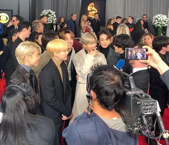 BTS trở thành nhân vật thu hút sự quan tâm của truyền thông phương Tây. Nhiều tờ báo săn đón để chụp hình boygroup hot nhất thế giới hiện nay.