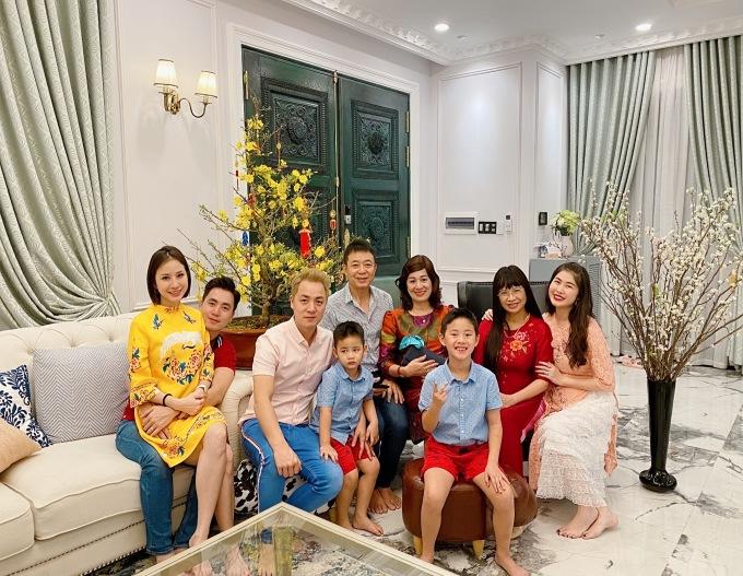 """<p> Đăng Khôi và Thủy Anh càng mong chờ hơn khi lần đầu cùng đón được gia đình bố mẹ hai bên vào Sài Gòn ăn Tết chung. Nam ca sĩ nói: """"Lâu lắm rồi gia đình nội ngoại có dịp quây quần bên nhau ấm áp như thế này. Vợ chồng tôi và các cháu đều rất vui"""".</p>"""