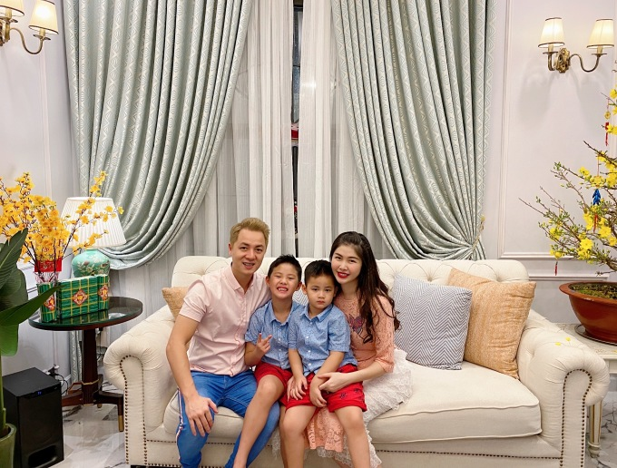 <p> Gia đình Đăng Khôi. Họ có hai cậu nhó đáng yêu.</p>