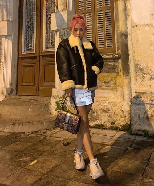 Bất chấp thời tiết lạnh giá ở Hà Nội, Quỳnh Anh Shyn vẫn mặc đầm khoe chân. Cô nàng giữ ấm bằng áo da lộn lót bông.