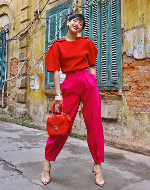Khánh Linh mừng năm mới với bộ cánh rực rỡ cả cây rất đúng không khí. Nàng fashionista thể hiện độ cao tay khi mix hai tông khó đỏ và hồng.