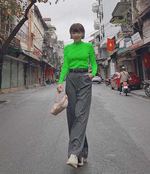 Tóc Tiên xuống phố đầu năm với áo neon chói lọi để mong năm mới thật tươi xanh.