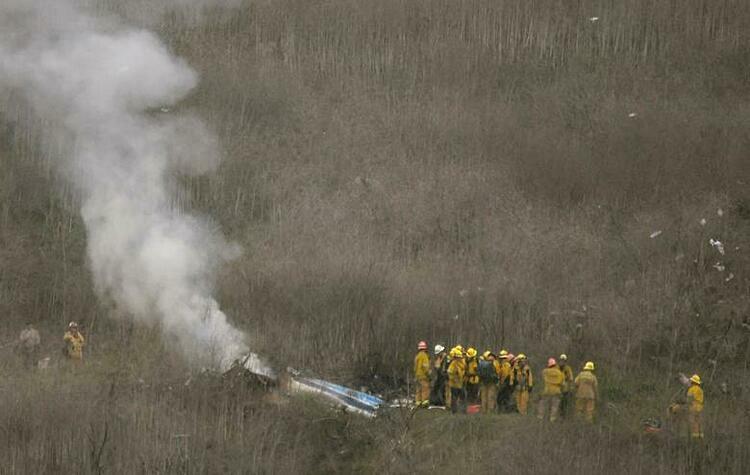 Lính cứu hỏa hạt LA tại hiện trường vụ tai nạn trực thăng.