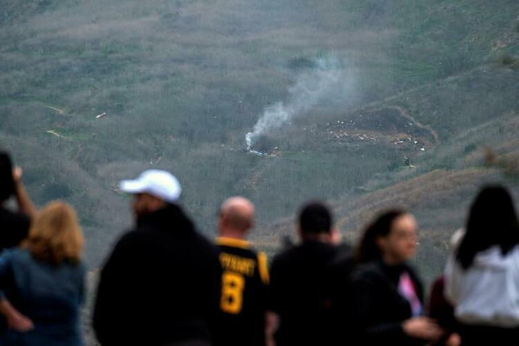 Người dân có mặt chứng kiến hiện trường vụ tai nạn. Ảnh: Reuters.