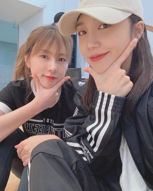 Eun Ji và Ha Young (Apink) cùng tạo dáng mặt V-line