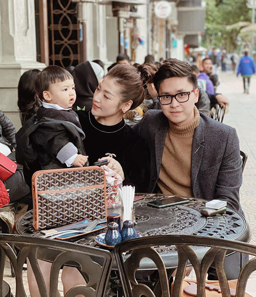 Vợ chồng Tú Anh đưa con trai dạo phố nhân ngày đẹp trời.