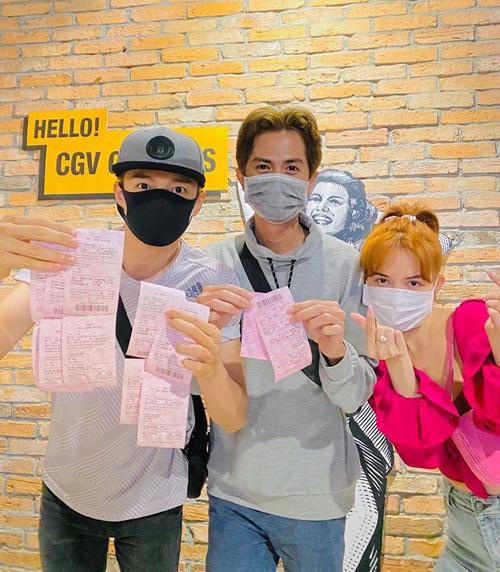 Ngô Kiến Huy, Huỳnh Phương và Sĩ Thanh đeo khẩu trang kín mít khi đi xem phim.
