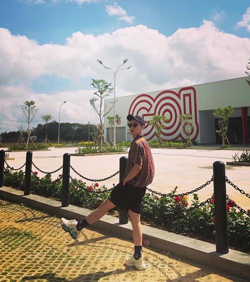 Thanh Duy mặc đồ năng động như teen boy.