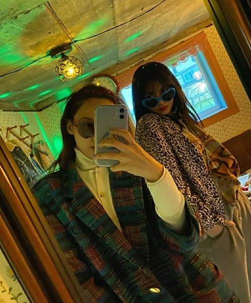 Na Yeon và Momo đeo kính gọng màu chất chơi quẩy như đi bar.