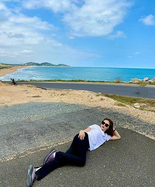 Kỳ Duyên khai xuân bằng chuyến du lịch đến Phú Yên. Hoa hậu vô tư nằm thả dáng ngay giữa đường.