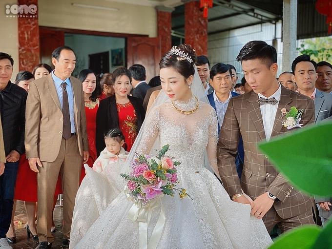 Ngày 30/1, tiền đạo Phan Văn Đức làm đám cưới cùng bạn gái Nhật Linh. Trong ngày trọng đại, cô dâu xứ Nghệ diện bộ váy cưới lộng lẫy, được cả hai chuẩn bị suốt nhiều tháng trời. Ảnh: Quỳnh Bi.