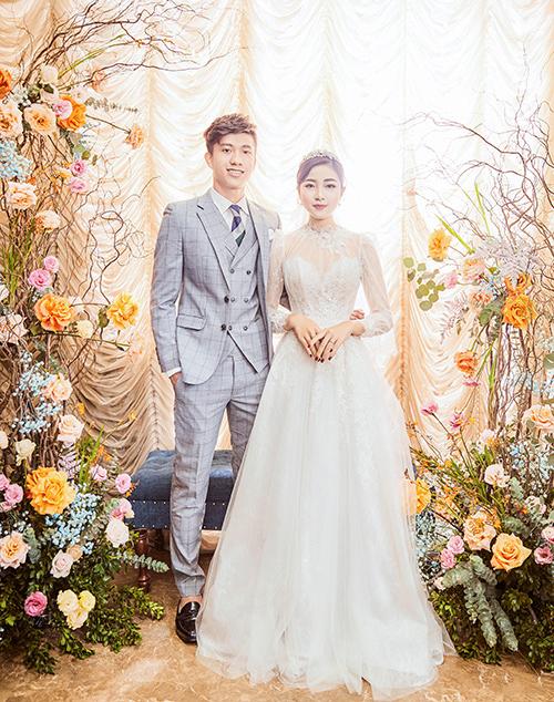 Ngoài bộ váy cưới chính khi làm lễ, cô dâu Nhật Linh còn mặc một bộ váy khác đi chào bàn. Thiết kế cũng đã được nàng dâu mới khoe trong bộ ảnh cưới trước đó.
