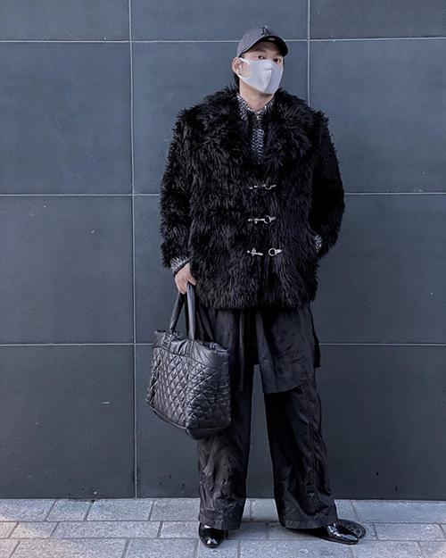 NTK Lý Quí Khánh lên cả cây đồ đen sành điệu. Dù đứng tạo dáng rất cool, anh vẫn kiên quyết đeo khẩu trang kín mặt.
