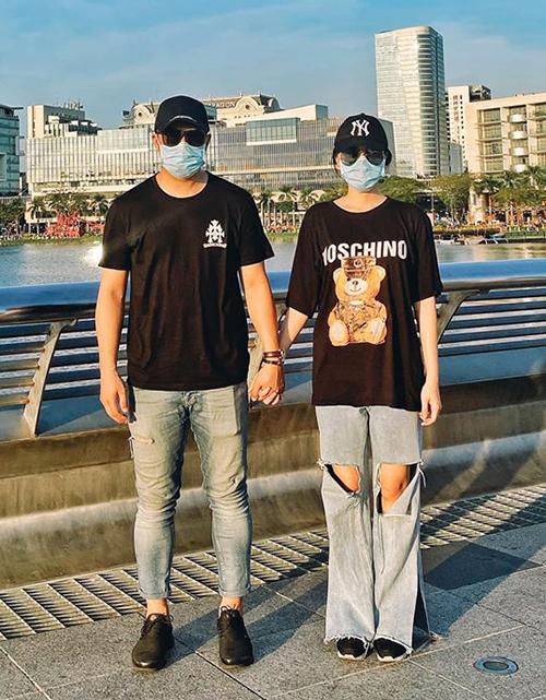 Đi du lịch giữa mùa dịch, Băng Di và bạn trai bịt khẩu trang kín mít. Cặp đôi khoe street style chất lừ với trang phục hàng hiệu.